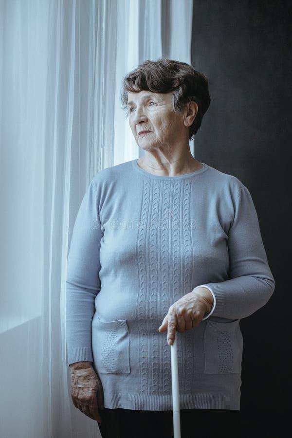 Τυφλή μόνη γυναίκα με τον κάλαμο στοκ εικόνα με δικαίωμα ελεύθερης χρήσης