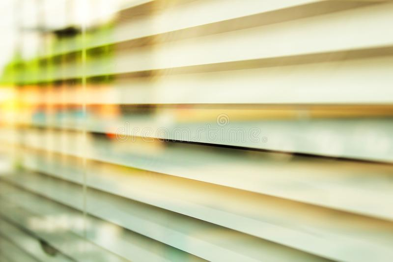 Τυφλοί στα παράθυρα της σύστασης γραφείων στοκ εικόνες
