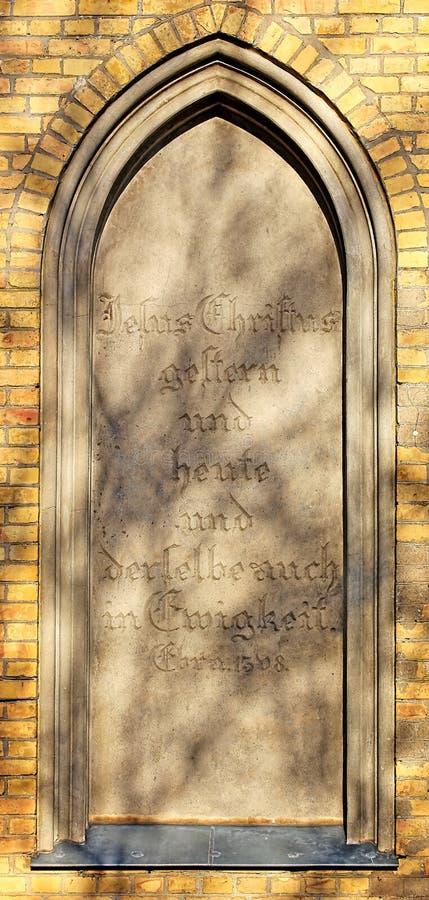 Τυφλό παράθυρο του παρεκκλησιού ενταφιασμών σε Guetzkow, Mecklenburg-$l*Vorpommern, Γερμανία με τη μετάβαση Βίβλων - Εβραίοι 13:8 στοκ εικόνες με δικαίωμα ελεύθερης χρήσης