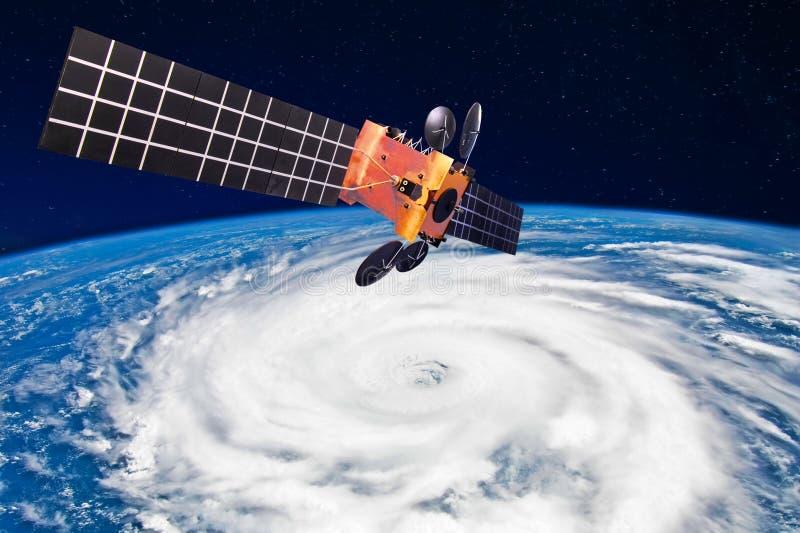 Τυφώνας, τυφώνας πέρα από το πλανήτη Γη - ο δορυφόρος επάνω από τη γη κάνει τις μετρήσεις των καιρικών παραμέτρων Στοιχεία αυτού  απεικόνιση αποθεμάτων