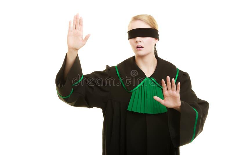 τυφλή δικαιοσύνη Γυναίκα που καλύπτει τα μάτια με το blindfold στοκ εικόνα με δικαίωμα ελεύθερης χρήσης