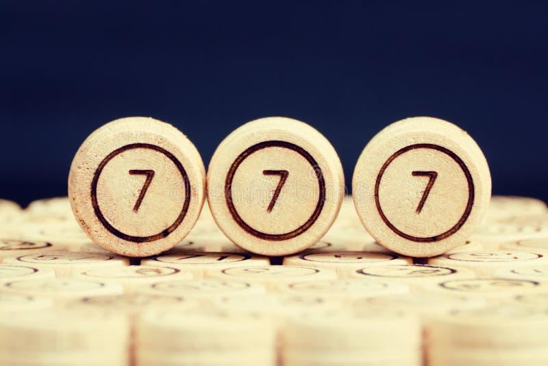 Τυχερός αριθμός 777 στο ξύλινο λότο βυτίων Μαύρη ανασκόπηση clos στοκ φωτογραφία με δικαίωμα ελεύθερης χρήσης