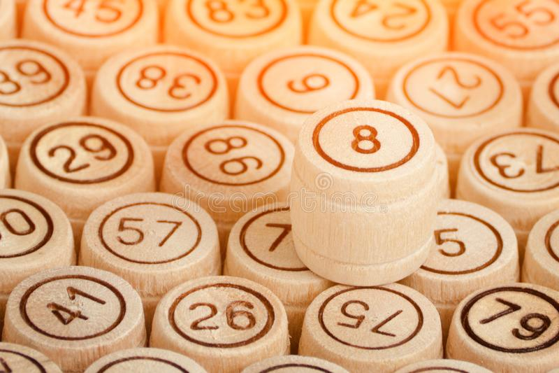 Τυχερός αριθμός 8 στο υπόβαθρο του ξύλινου λότο βυτίων κλείστε επάνω στοκ εικόνες