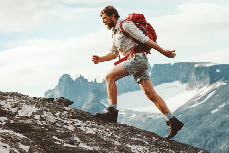 Τυχοδιωκτών ατόμων στα βουνά στοκ φωτογραφία
