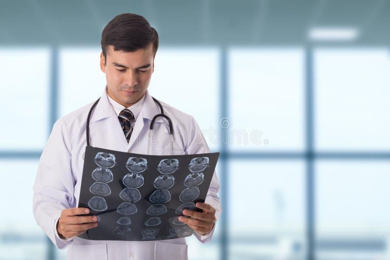 Των ακτίνων X ανίχνευση ταινιών εγκεφάλου Κεφάλι ανάλυσης γιατρών στοκ εικόνες