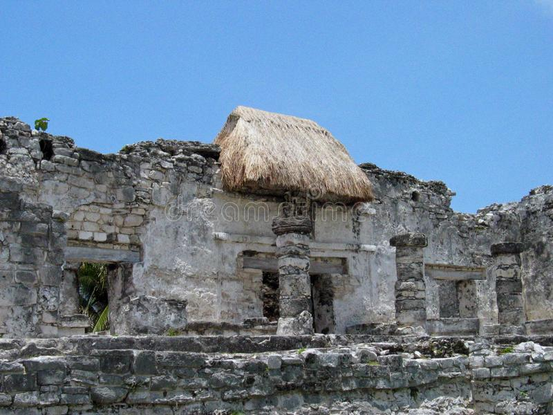 Των Μάγια καταστροφές στεγών Thatched στοκ φωτογραφία