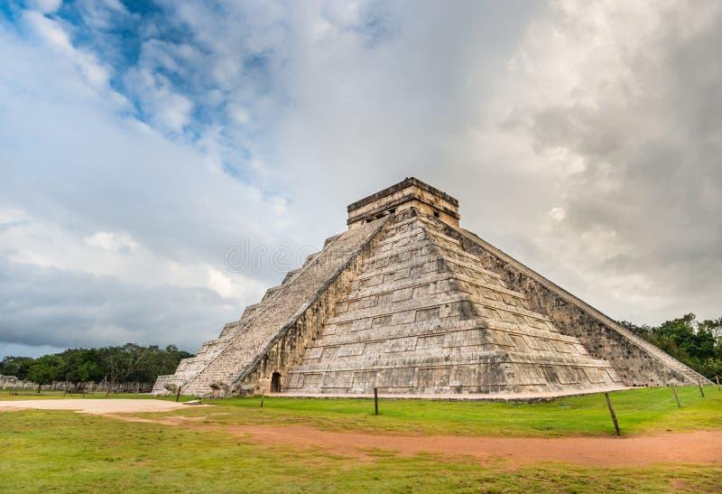 Των Μάγια πυραμίδα Chichen Itza στο Μεξικό με τον όμορφο ουρανό στοκ φωτογραφία με δικαίωμα ελεύθερης χρήσης