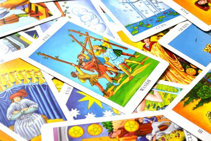 5 των μαχών αντίθεσης σύγκρουσης καρτών Tarot ράβδων απεικόνιση αποθεμάτων