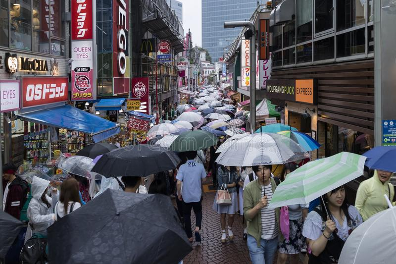Τόκιο - Ιαπωνία, στις 18 Ιουνίου 2017: Αγορές στη βροχή με το umbrell στοκ εικόνα
