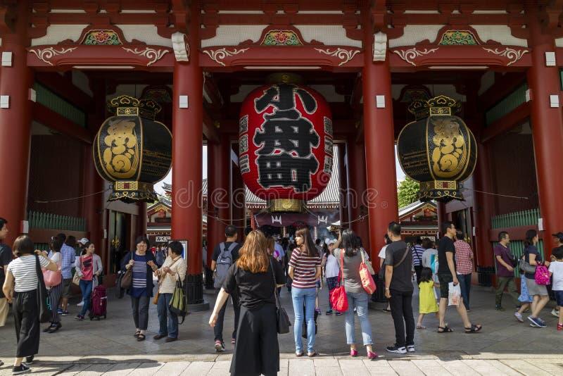 Τόκιο - Ιαπωνία, στις 17 Ιουνίου 2017  Τουρίστες στο entran Hozomon εποχής Edo στοκ εικόνα