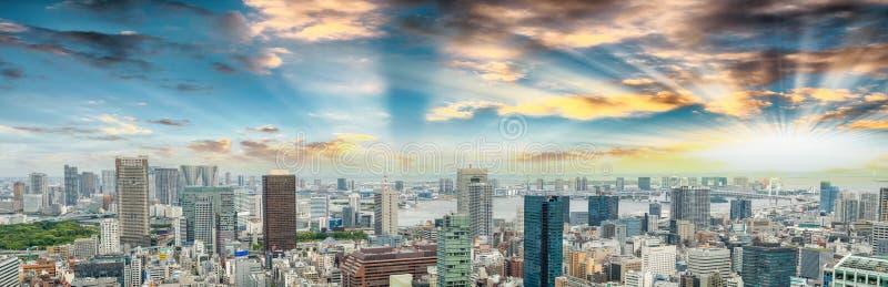 Τόκιο που ζαλίζει τον πανοραμικό εναέριο ορίζοντα στο ηλιοβασίλεμα με Odaiba μέσα στοκ φωτογραφία με δικαίωμα ελεύθερης χρήσης