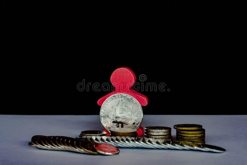 Τόνος ασημένιο Bitcoin χαμηλού φωτός με τα διαφορετικά νομίσματα: πένα, δεκάρα, στοκ εικόνα