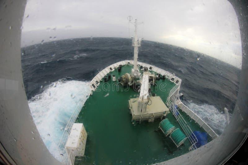 Τόξο σκαφών ` s που βουτά σε ένα μεγάλο καταβρέχοντας κύμα, Ανταρκτική στοκ φωτογραφία με δικαίωμα ελεύθερης χρήσης