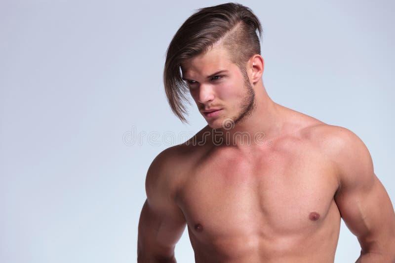 Τόπλες νεαρός άνδρας με το δροσερό hairdo στοκ φωτογραφίες