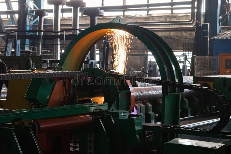 Τόρνος μετάλλων Κατεργασία του μετάλλου με την κοπή σε μια μηχανή στροφής και άλεσης στοκ φωτογραφίες