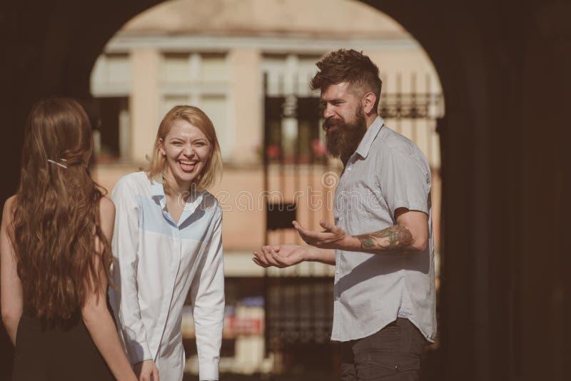 Τόσο αστείος του Η φιλία αρχίζει με το χαμόγελο Γενειοφόρος άνδρας και όμορφες γυναίκες που χαμογελούν στην οδό Φίλος που χρονολο στοκ εικόνες