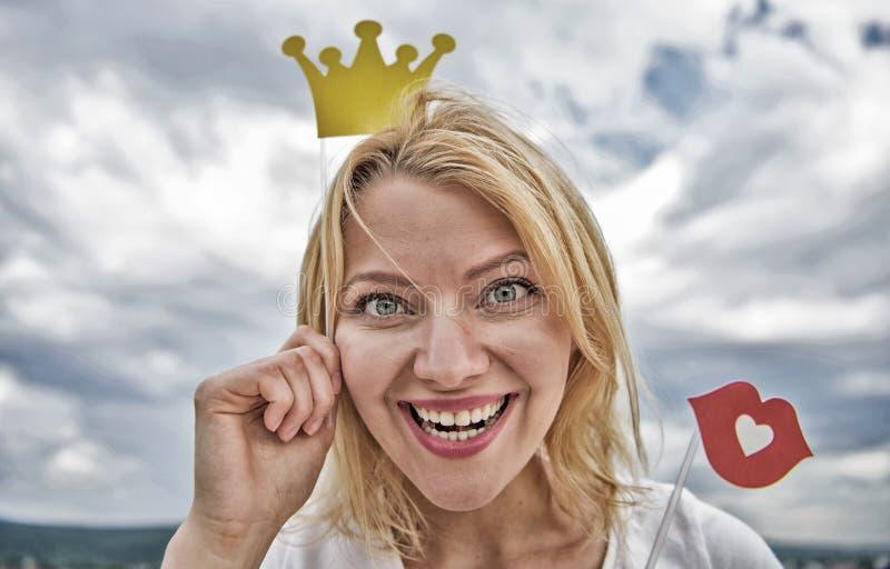 Τόσο καλός να είναι βασίλισσα Τοποθέτηση γυναικείων πριγκηπισσών εύθυμη με την κίτρινη κορώνα Ξανθή τιάρα ή κορώνα χαρτονιού λαβή στοκ φωτογραφία