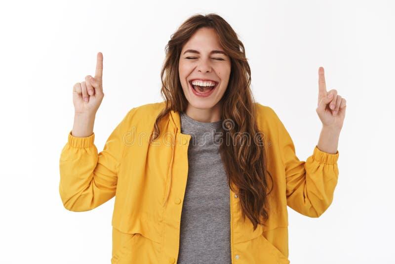 Τόσο τρομερές τελικά διακοπές Η εύθυμη διασκεδασμένη ευτυχής ελκυστική νέα γυναίκα λαμβάνει τις απίστευτες ευχάριστες ειδήσεις εν στοκ φωτογραφίες