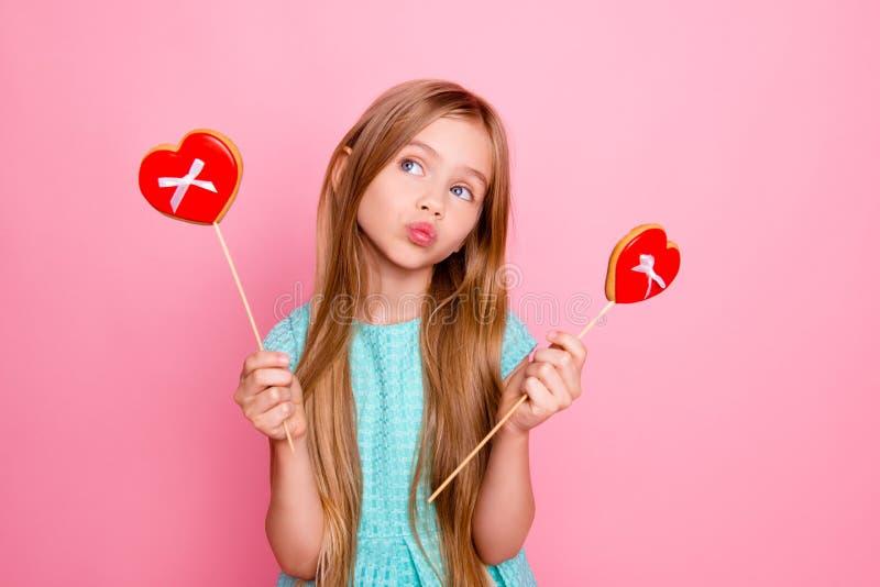 Τόσο χαριτωμένος, καλός και αστείος! Πορτρέτο της όμορφης γλυκιάς ένδυσης κοριτσιών στοκ φωτογραφία με δικαίωμα ελεύθερης χρήσης