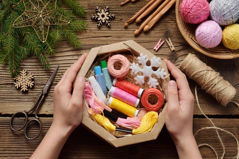 Τύλιγμα δώρων Παρόν για το needlewoman - νήμα, νήμα, βελόνες, γάντζος, νήμα βαμβακιού Σύνθεση με το κιβώτιο, εορταστική διακόσμησ στοκ φωτογραφία