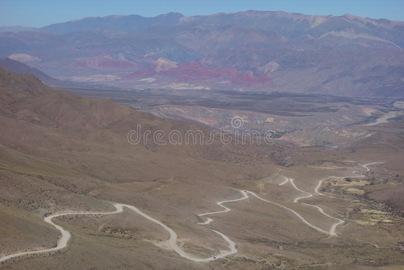 Τύλιγμα και βρώμικος δρόμος - humahuaca, βόρεια της Αργεντινής στοκ φωτογραφία