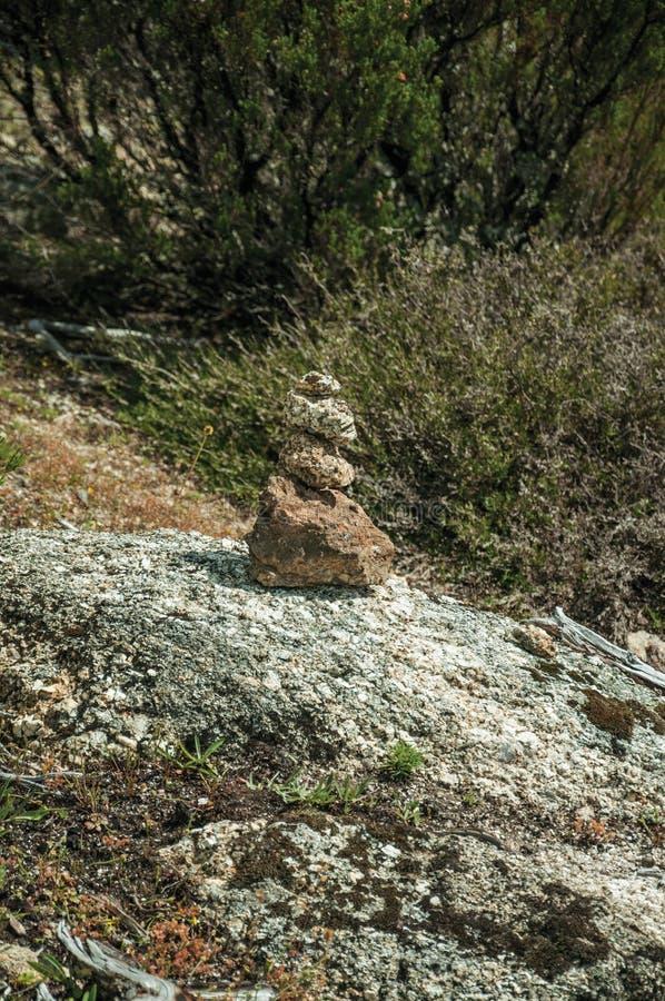 Τύμβος που δημιουργείται μικρός ως δείκτης ιχνών στις ορεινές περιοχές στοκ εικόνες