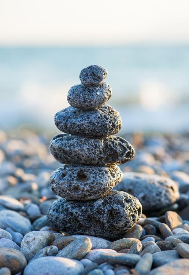 Τύμβος στη χαλικιώδη παραλία θάλασσας στοκ φωτογραφία με δικαίωμα ελεύθερης χρήσης