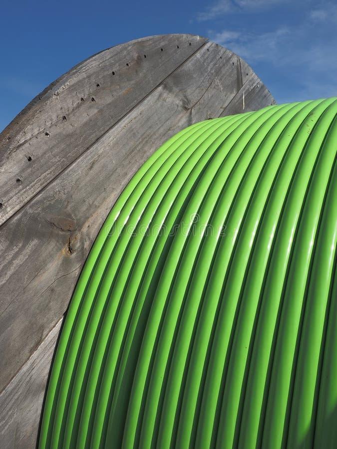 Τύμπανο ξυλείας με το πράσινο καλώδιο κορδελλών 576 ινών οπτικών ινών στοκ φωτογραφίες με δικαίωμα ελεύθερης χρήσης