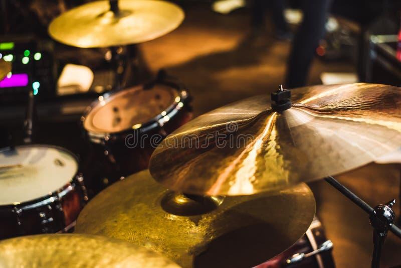 Τύμπανο που τίθεται σε μια συναυλία βράχου Πιάτο μουσικής τυμπάνων και μουσικό τύμπανο στοκ φωτογραφία με δικαίωμα ελεύθερης χρήσης