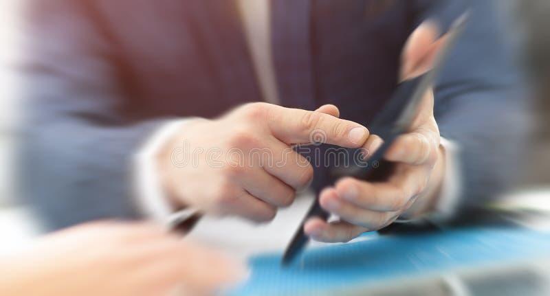 Τύποι χεριών στην ψηφιακή ταμπλέτα οθόνης στοκ φωτογραφίες με δικαίωμα ελεύθερης χρήσης
