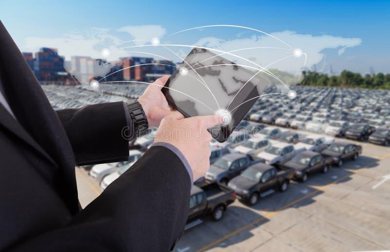 Τύποι χεριών στον παγκόσμιο χάρτη με την ψηφιακή ταμπλέτα, επιχειρησιακή επιτυχία s στοκ εικόνα με δικαίωμα ελεύθερης χρήσης