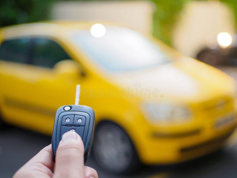 Τύποι χεριών στο αυτοκίνητο τηλεχειρισμού στοκ φωτογραφίες με δικαίωμα ελεύθερης χρήσης