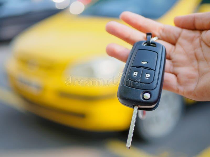 Τύποι χεριών στο αυτοκίνητο τηλεχειρισμού στοκ εικόνα