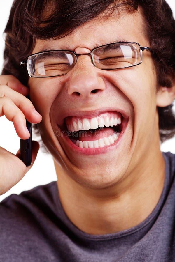 Τύπος γέλιου με την τηλεφωνική κινηματογράφηση σε πρώτο πλάνο κυττάρων στοκ φωτογραφίες