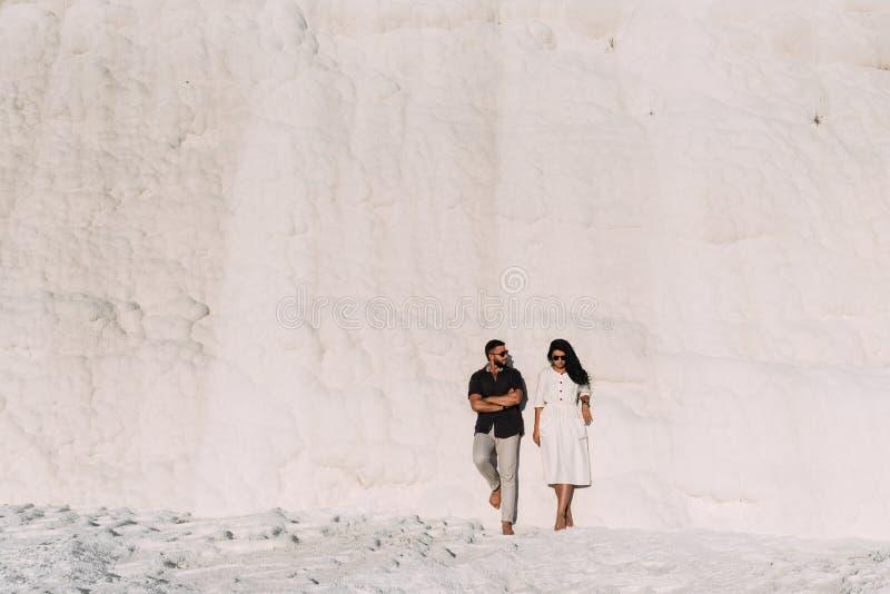 Τύπος και κορίτσι που στέκονται ενάντια στον τοίχο στοκ φωτογραφία με δικαίωμα ελεύθερης χρήσης
