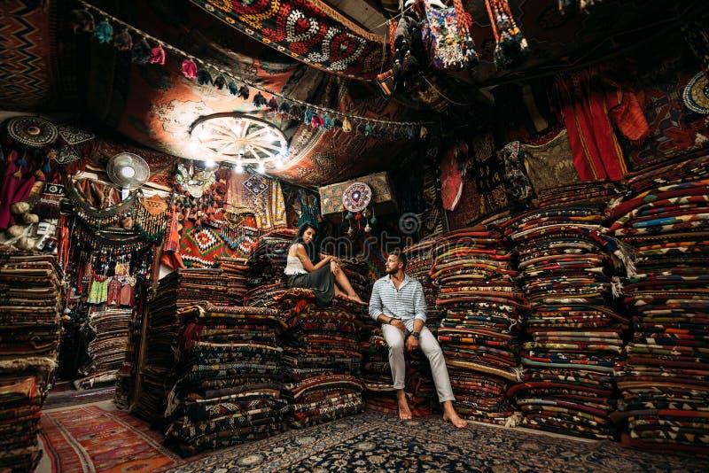 Τύπος και κορίτσι στο κατάστημα στοκ φωτογραφία με δικαίωμα ελεύθερης χρήσης