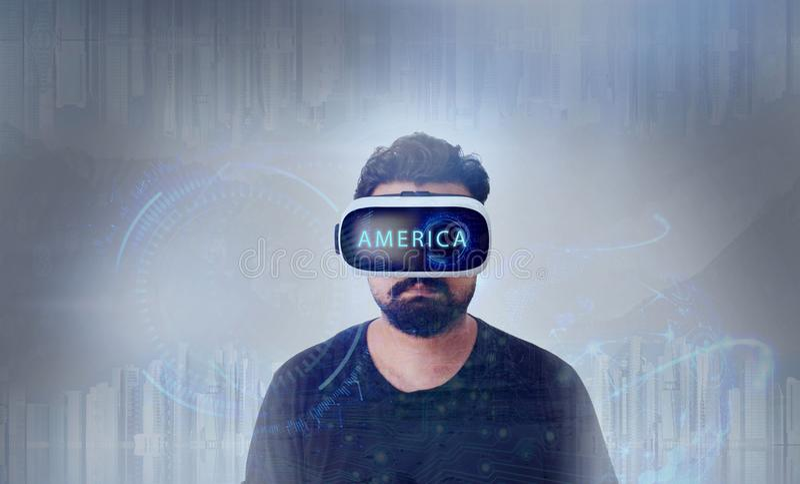 Τύπος που κοιτάζει μέσω των γυαλιών εικονικής πραγματικότητας VR - Αμερική στοκ φωτογραφίες