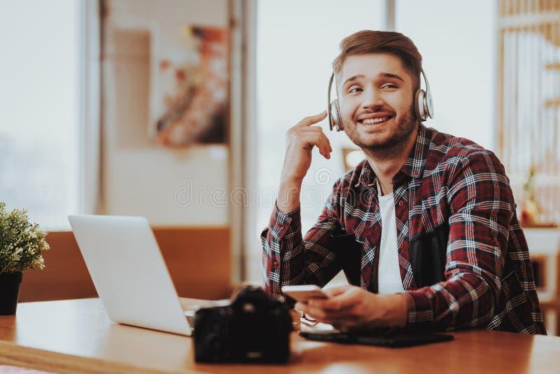 Τύπος σε χρήσεις Smartphone ακουστικών στον εργασιακό χώρο στοκ εικόνες
