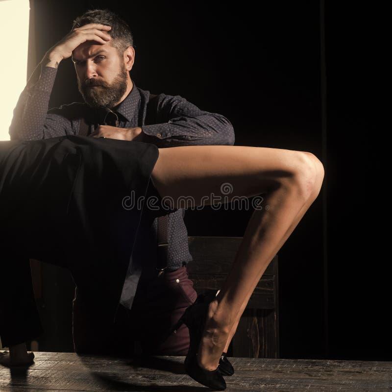 Τύπος στον πίνακα με τα θηλυκά πόδια στοκ εικόνες
