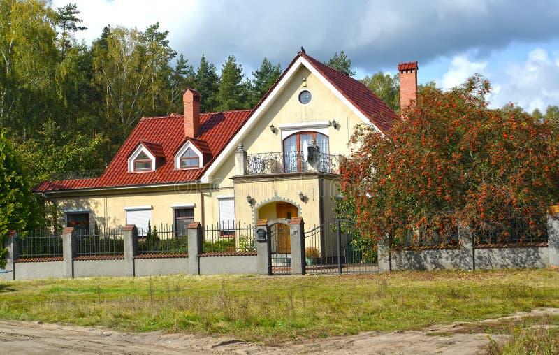 Τύπος στο σπίτι διαμερισμάτων χωρών με ένα μπαλκόνι στοκ εικόνα