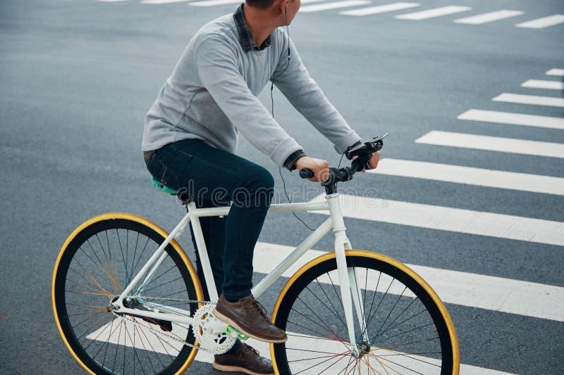 Τύπος συγκομιδών που ακούει τη μουσική και το οδηγώντας ποδήλατο στοκ εικόνα