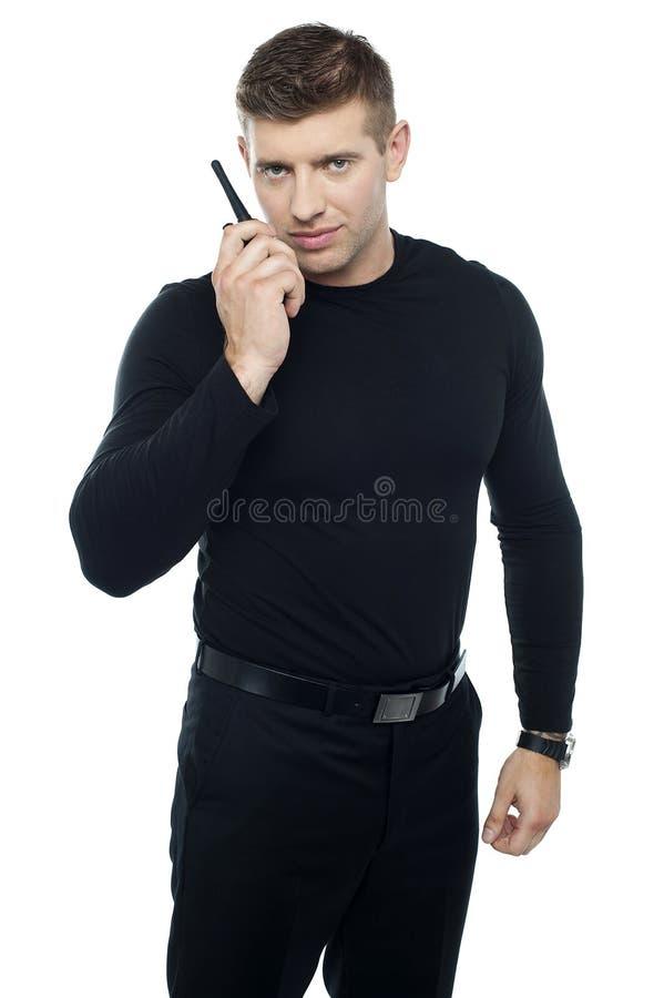 Τύπος ψευτοπαλλικαράδων που επικοινωνεί με walkie-talkie του στοκ φωτογραφίες με δικαίωμα ελεύθερης χρήσης