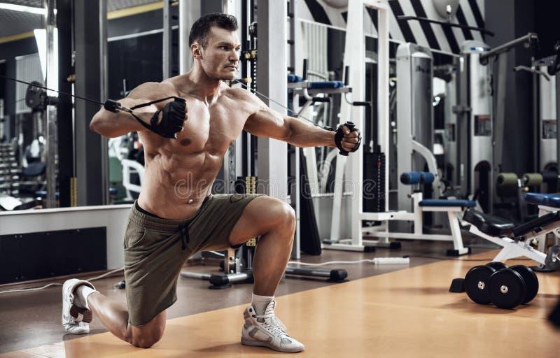 Τύπος bodybuilder με τη μηχανή άσκησης στοκ φωτογραφίες