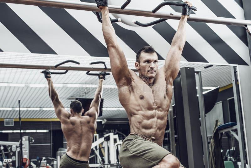 Τύπος bodybuilder do chin-ups στοκ φωτογραφία με δικαίωμα ελεύθερης χρήσης