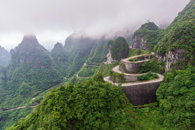 τύλιγμα και δρόμος καμπυλών στο εθνικό πάρκο βουνών Tianmen, Hunan στοκ εικόνες