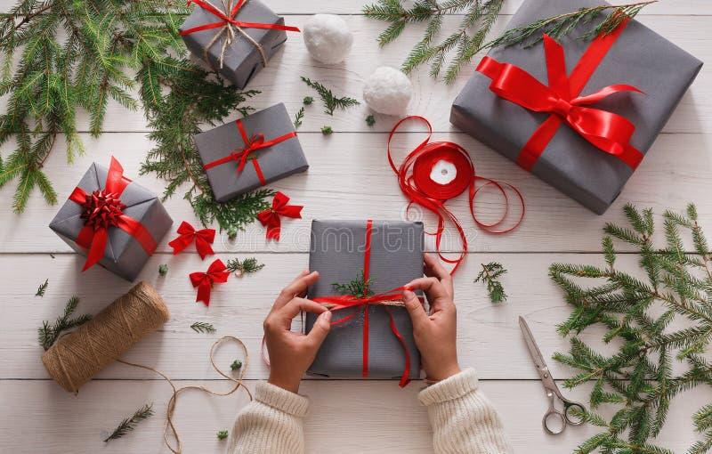 Τύλιγμα δώρων Συσκευασία του σύγχρονου χριστουγεννιάτικου δώρου στα κιβώτια στοκ εικόνες με δικαίωμα ελεύθερης χρήσης