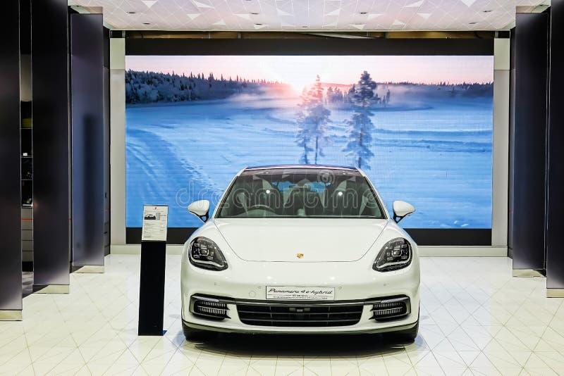 Υβρίδιο panamera 4e της Porsche στην επίδειξη στην αίθουσα εκθέσεως στη λεωφόρ στοκ εικόνα