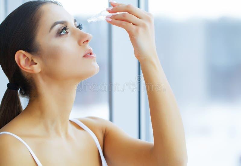 υγεία Ευτυχές κορίτσι με το φρέσκο βλέμμα Προσοχή ματιών Όμορφο νέο wo στοκ εικόνες με δικαίωμα ελεύθερης χρήσης