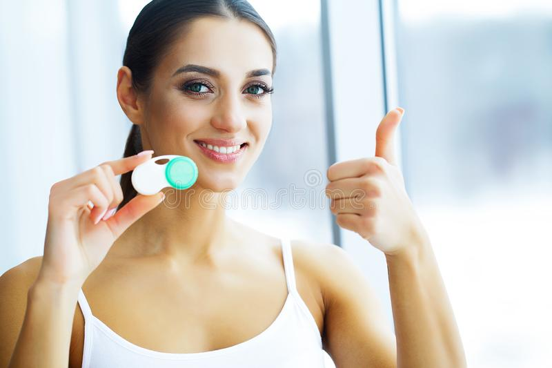 Υγεία και ομορφιά Νέα γυναίκα που εφαρμόζει τους φακούς επαφής Φρέσκια άποψη Πορτρέτο μιας όμορφης γυναίκας με την πράσινη επαφή στοκ εικόνα