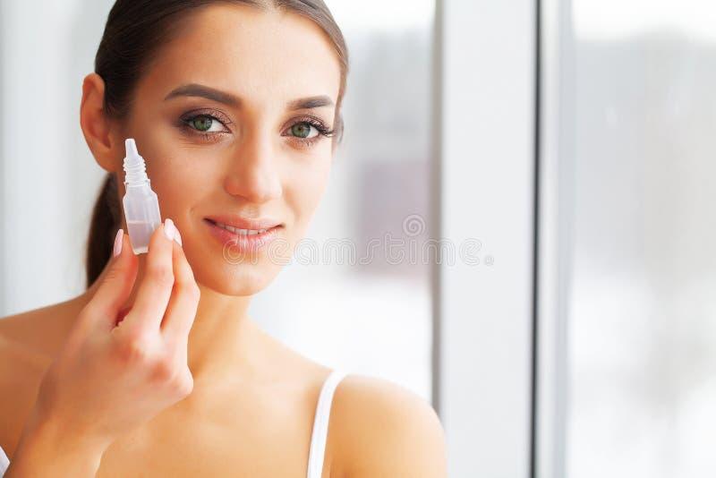 Υγεία και ομορφιά Προσοχή ματιών Όμορφες νέες πτώσεις εκμετάλλευσης γυναικών για τα μάτια Καλό όραμα Ευτυχές κορίτσι με το φρέσκο στοκ φωτογραφίες